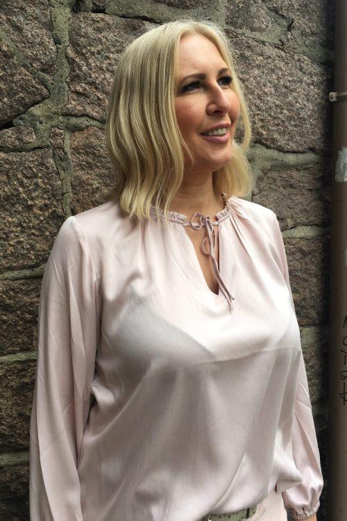 Dus rosa, hvit eller strågul silkebluse med detaljer i hals, knytetråder og ermer med svakt volum Amuse - 8100