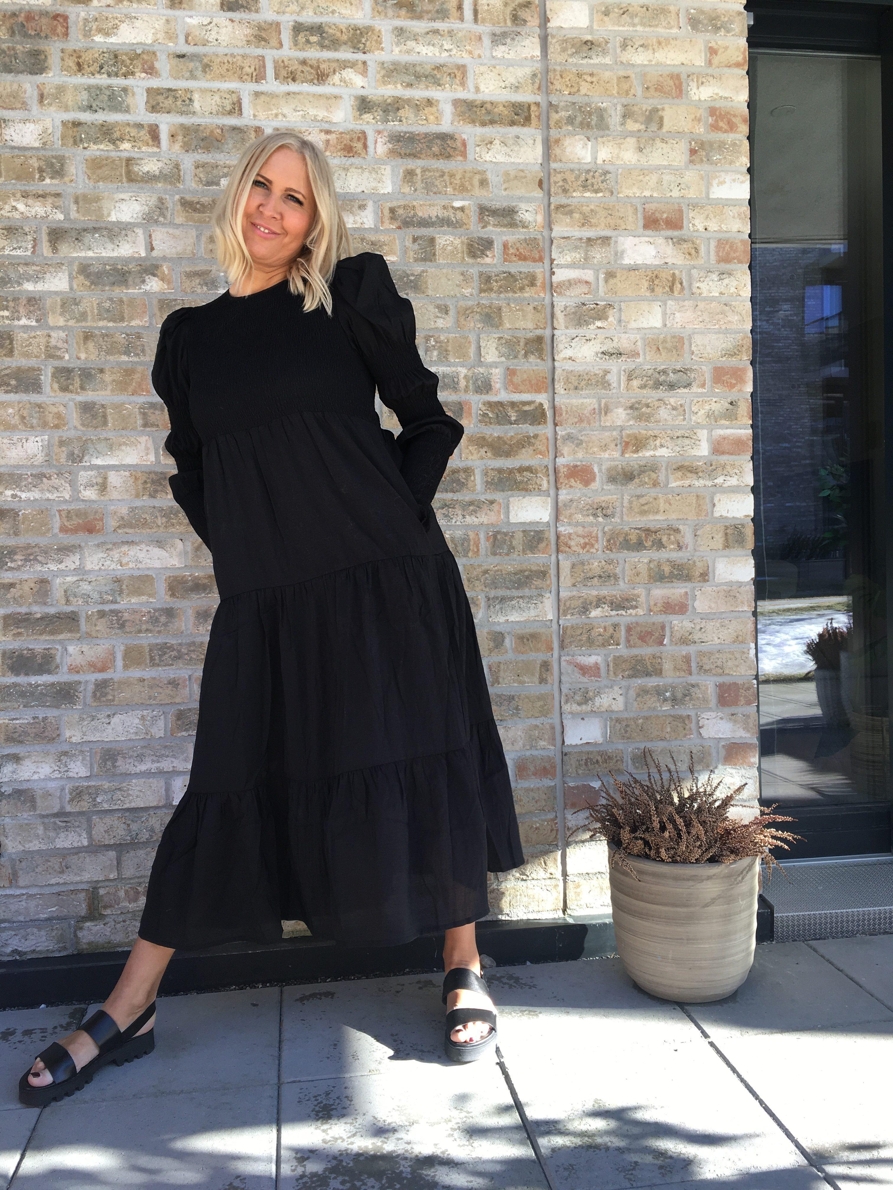 Sort lang viskosemix dramatisk lang kjole Gestuz - mazzi dress Sorte skinn sandaler med grove såler og slingback Shoe Biz - 556 Namibia Vaqueta