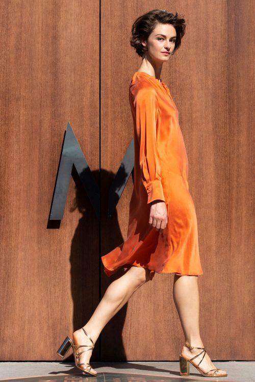 Pumkin (orange) silkekjole med flatterende fall og folder i utrigning som kan kneppes Amuse - 8112