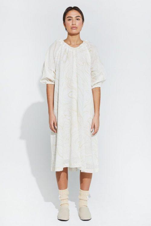 Hvit med sandmønster kreppet bomull kjole med avtagbar ermer Ilag - bjerkholmen dress