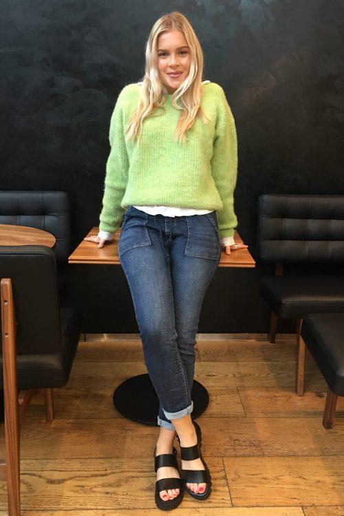 Signalgrønn alpakkamiks genser American Vintage – east18f Supermyk jeans med trendy store ytterlommer Cabana Living - viva 7169 Sorte skinn sandaler med grove såler og slingback Shoe Biz - 556 Namibia Vaqueta