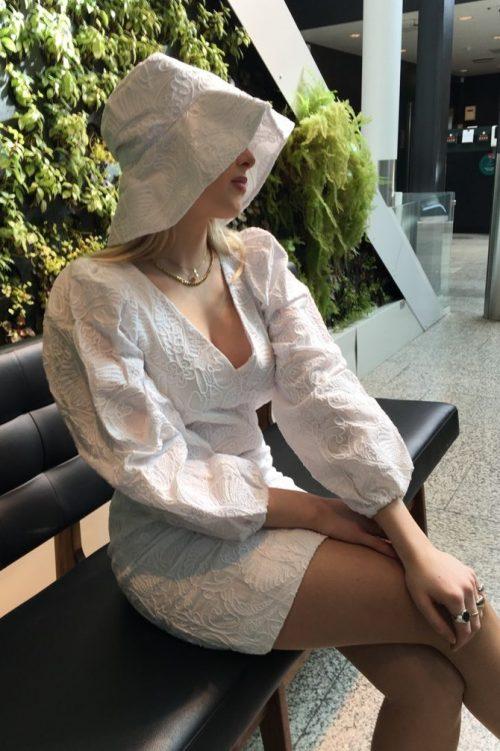 Mint eller hvit brodert kjole med puffskuldre Samsøe - 13089 anai dress Hvit brodert hatt Samsøe – Kenna hat 13089