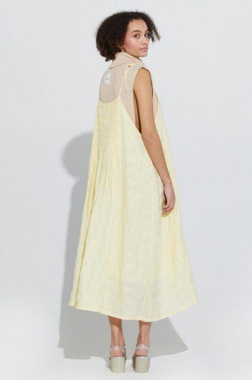 Dus gul stripemønstret lang kjole med spagettistropper Ilag - lille mikkel dress