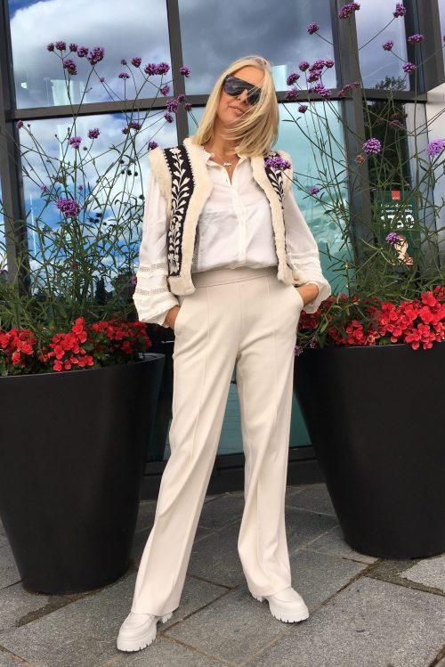 Krem/sort mønstret vest Fabienne Chapot - james gilet Kremfarget viskose/modal bluse med engelsk blonde Fabienne Chapot - amelie blouse Offwhite comfy jersey bukse Cambio - 6202 0222-00 ava 32 Krem eller sort loafer Shoe Biz - Suri