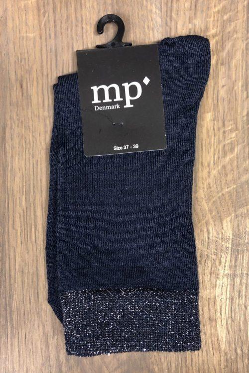 Blå ull/silke sokk med metallic kant MP Denmark – 79613-590 48% Superwash Uld / 30% Polyamide / 16% Silke / 3% Metallic / 3% Elastane