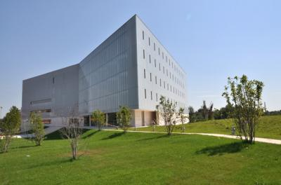 A PTE Egyetemi Könyvtár és Tudásközpont épülete a belváros felől nézve
