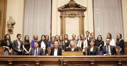 La promotion 2013/2014 tout juste diplômée, avec Madame le professeur Muriel Chagny et Monsieur Frank Gentin, président du Tribunal de commerce.