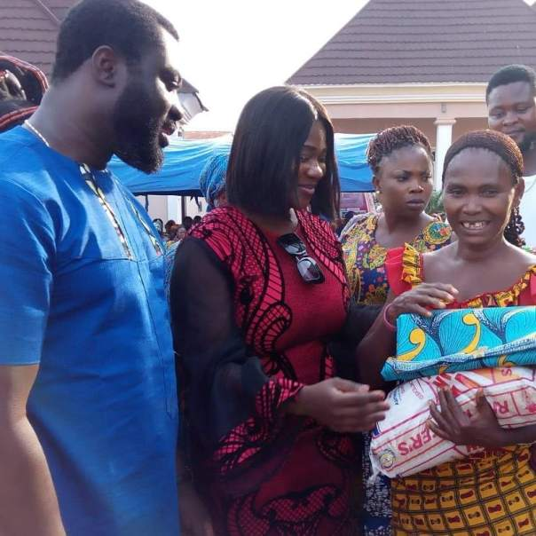 Mercy Johnson And Husband Prince Odi Okojie Donate Food To The Needy (2)