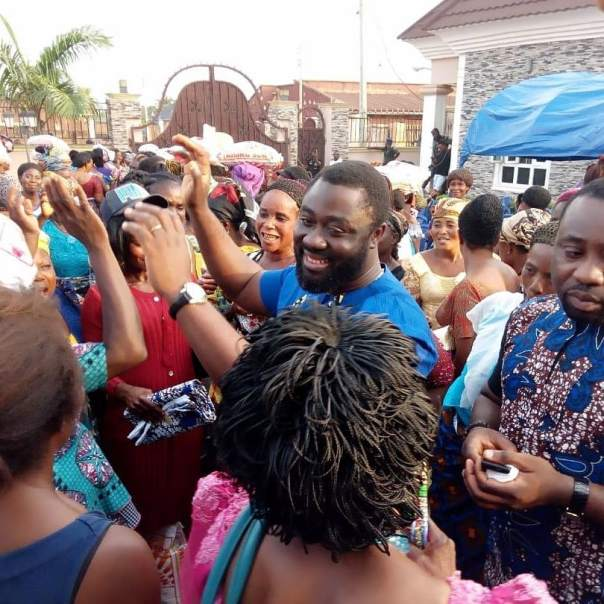 Mercy Johnson And Husband Prince Odi Okojie Donate Food To The Needy (3)