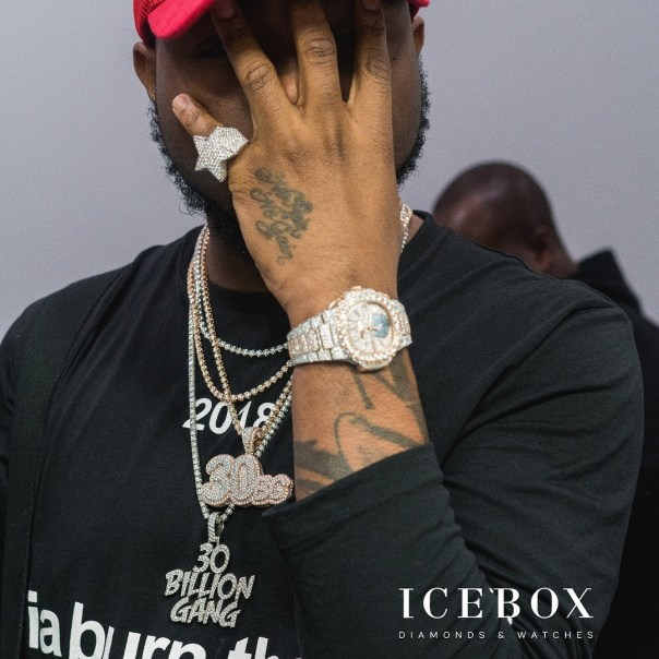 Davido Shows Off Expensive Watch From Ice Box (2)