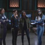 ドラマ『スーパーガール』のキャスト陣が最後のコスチューム着用を終えて別れを告げる