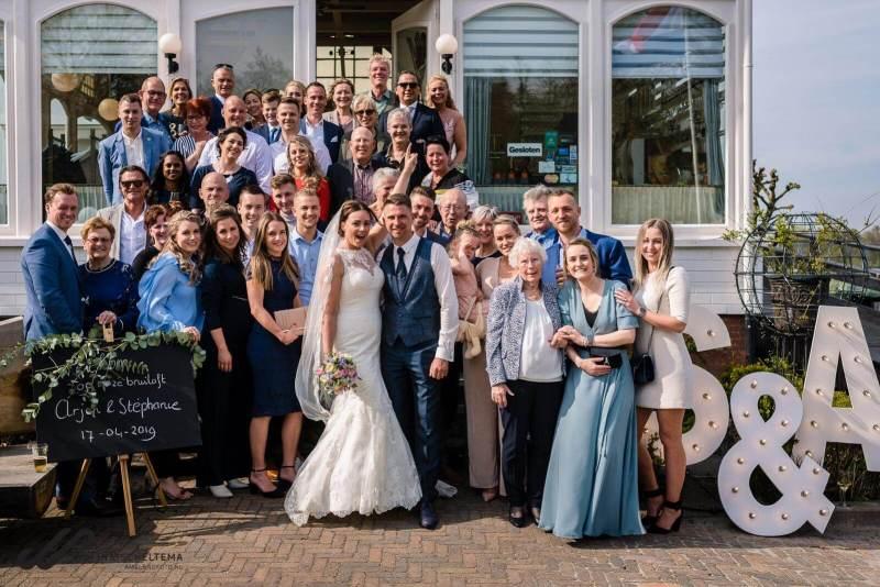 vrolijke groepsfoto bruiloft de Paalkoepel
