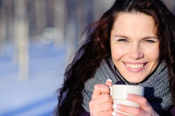 femme buvant un thé