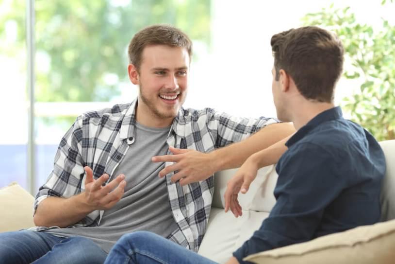 deux hommes qui discutent