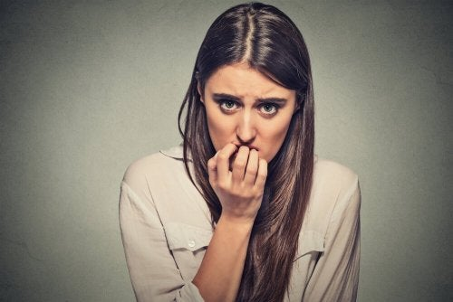 Femme qui se ronge les ongles