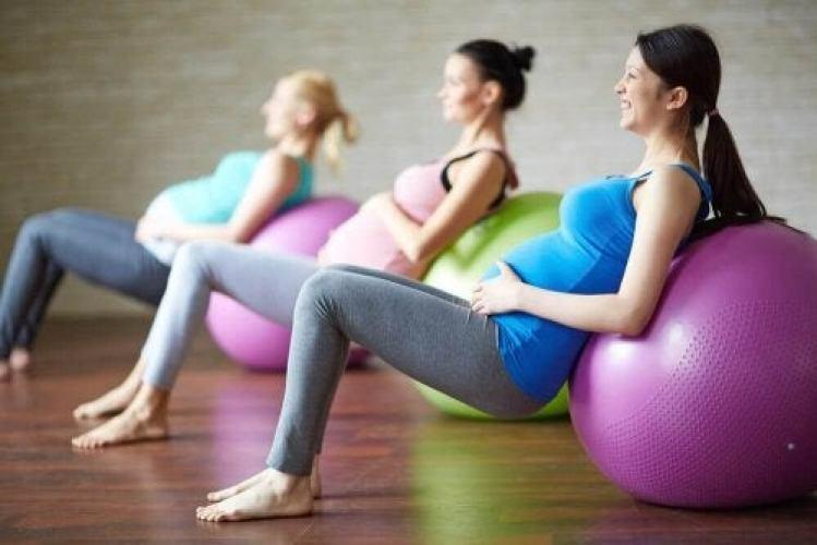 femmes enceintes faisant des exercices pour avancer l'accouchement