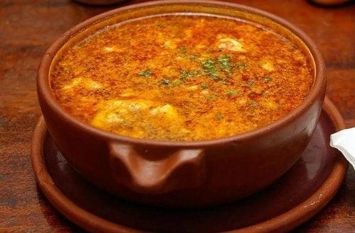 Un bol de soupe à l'ail et au chorizo