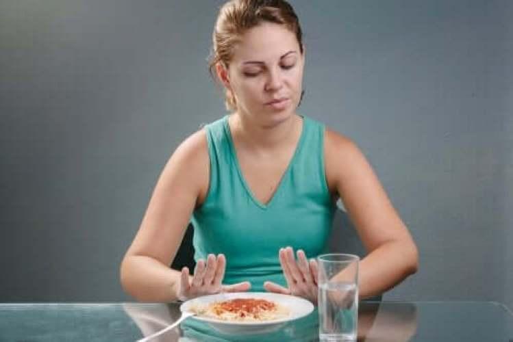 Une femme suivant un régime rassasiant