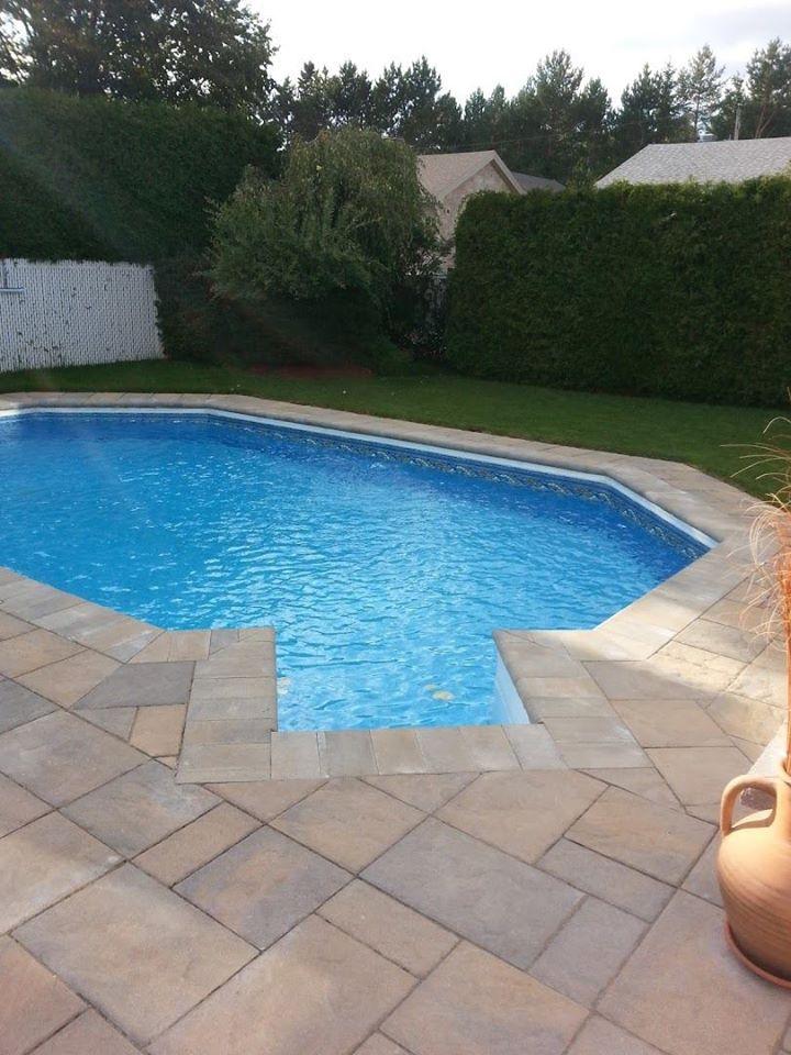 Contour de piscine en briques