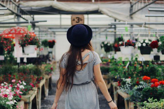 femme qui veut acheter des plantes grimpantes dans une jardinerie