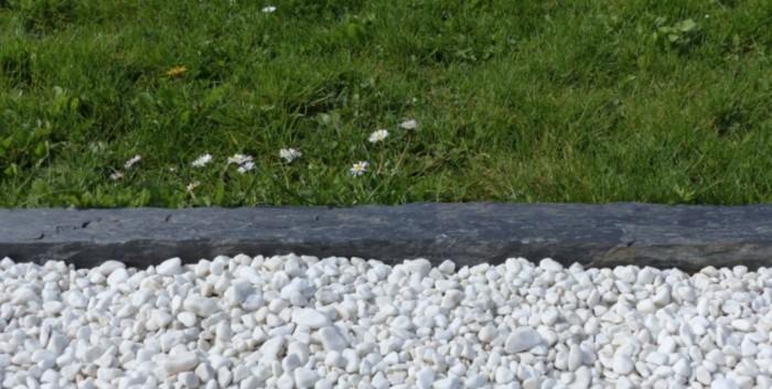 piquet de schiste comme bordure entre les gravillons et le gazon du jardin