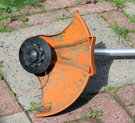 rotofil ou coupe bordure pour couper l'herbe le long des bordures de jardin