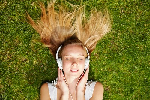 menina-ouvindo-musica