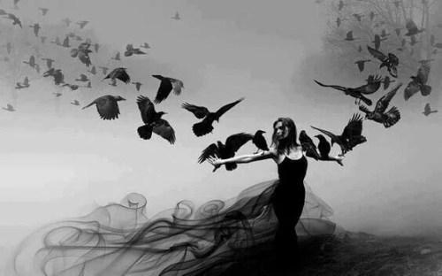 Mulher com corvos voando ao seu redor