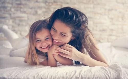 Mãe com sua filha pequena