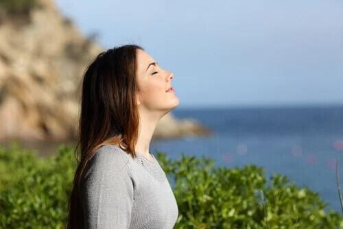 Mulher respirando ar puro em meio à natureza