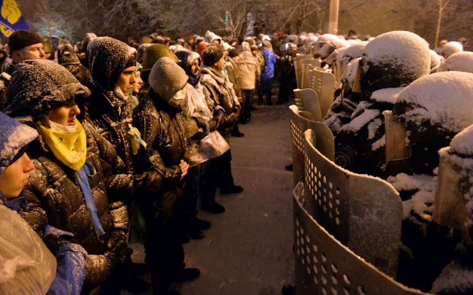 https://i2.wp.com/america.aljazeera.com/content/ajam/articles/2013/12/9/armed-men-storm-ukraineoppositionoffices/jcr:content/mainpar/adaptiveimage/src.adapt.960.high.Ukraine_12913.1386620179182.jpg