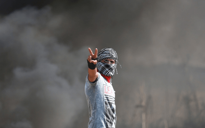 Palestino marcando un dos con sus dedos