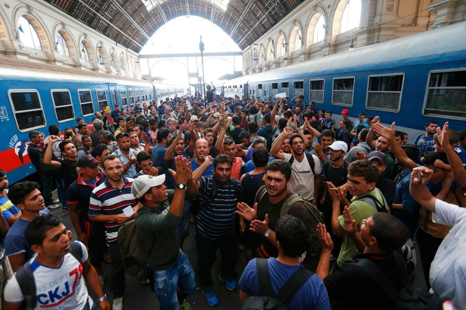 https://i2.wp.com/america.aljazeera.com/content/ajam/multimedia/photo-gallery/2015/9/photos-hungary-closes-train-station-to-stem-flow-of-refugees/_jcr_content/slideShowImages/slide2/image.adapt.960.high.hungary_refugees_station_02a.jpg