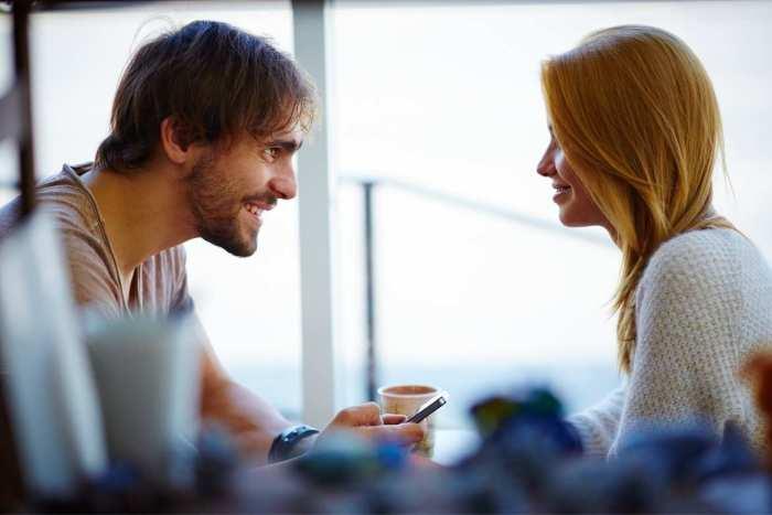 Cuando nos miran a los ojos y pecho es un a señal de aumento en la atracción sexual.