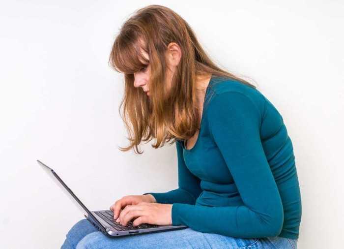 Junto con la inactividad y el sobrepeso, la mala postura puede causar dolor de espalda.