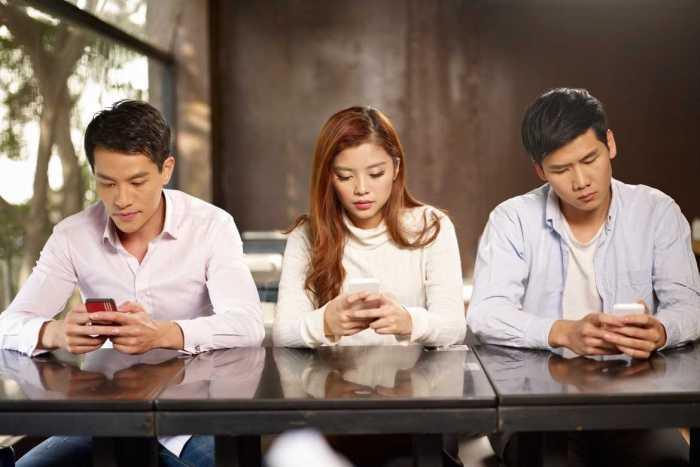 Si has sido víctima del phubbing, o has victimizado frecuentemente a otros con ello, detente antes de revisar tus redes sociales, a fin de evitar deteriorar las relaciones con tus acompañantes.