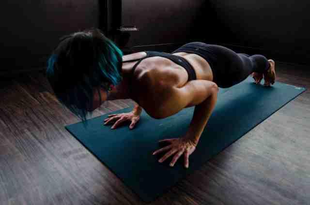 6 ejercicios perfectos para trabajar con tu peso corporal sin salir de casa