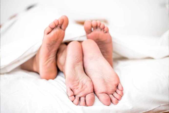 La alineación coital no se trata de meter y sacar a toda velocidad, sino de rozar el clítoris con fricciones y golpes suaves provocados del encuentro de las caderas y el pubis de ambos.
