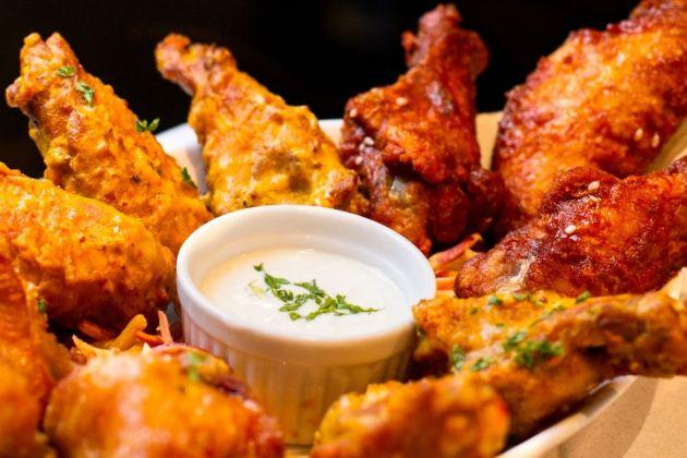 Aunque son muy ricas, el 75% de las calorías de las alitas provienen de la piel grasa del pollo y del rebozado.