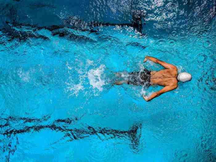 La natación es un ejercicio aeróbico con el que quemas energía mientras fortaleces músculos