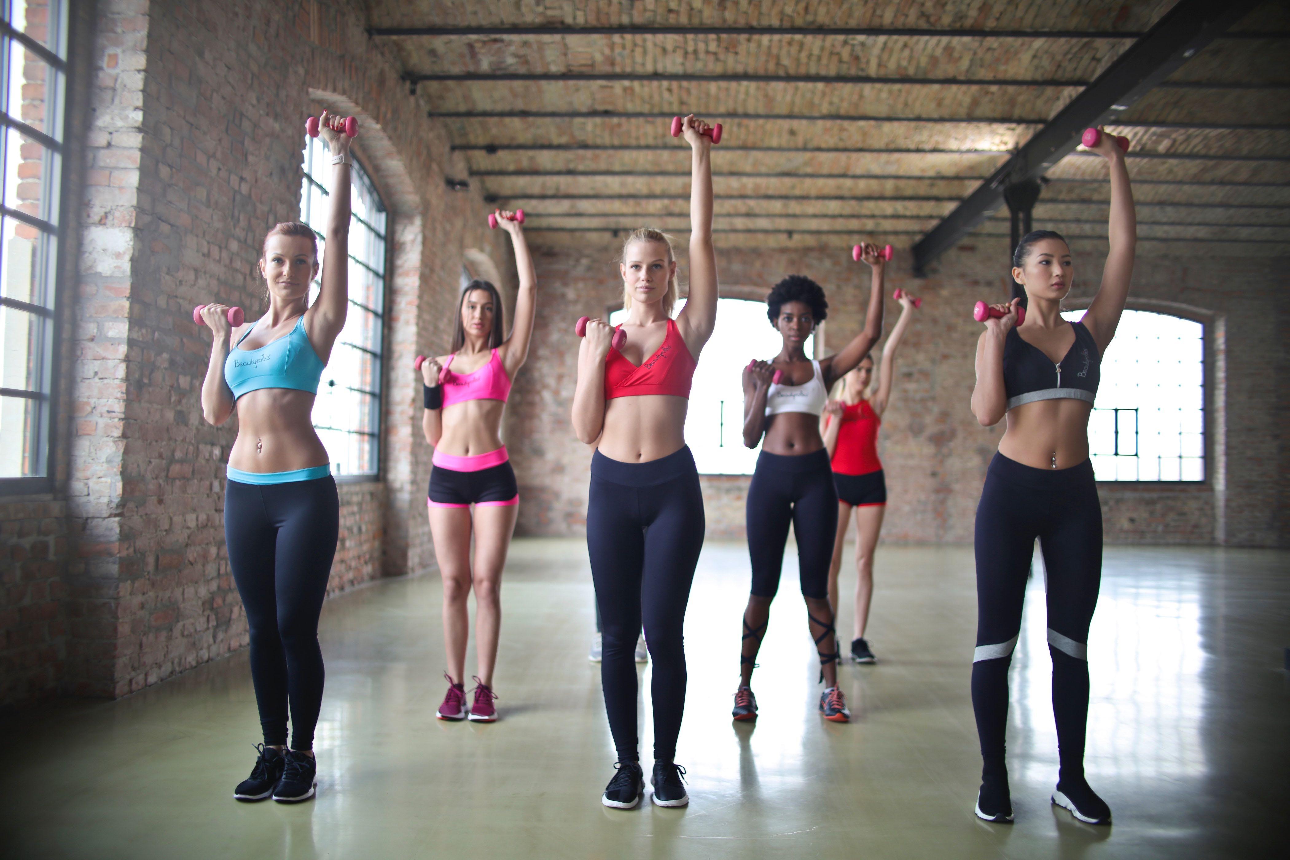 4 ideas sencillas de outfits para ir al gym y hacer ejercicio cómodamente