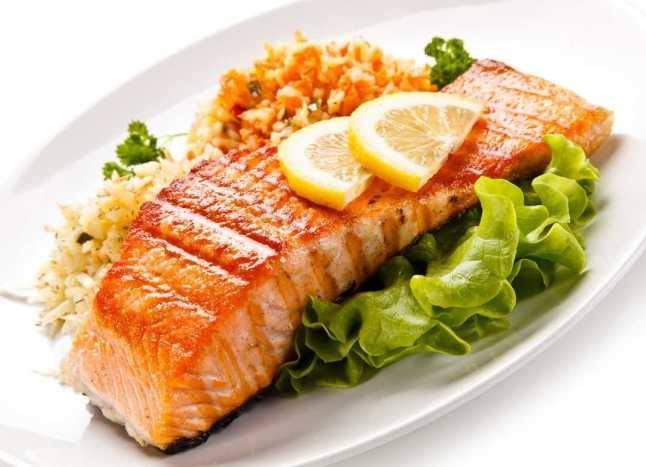 El contenido de astaxantina del salmón lo hace un tipo de pescado de los más saludables. Es antioxidante y contiene carotenoide que le da el pigmento rojo.