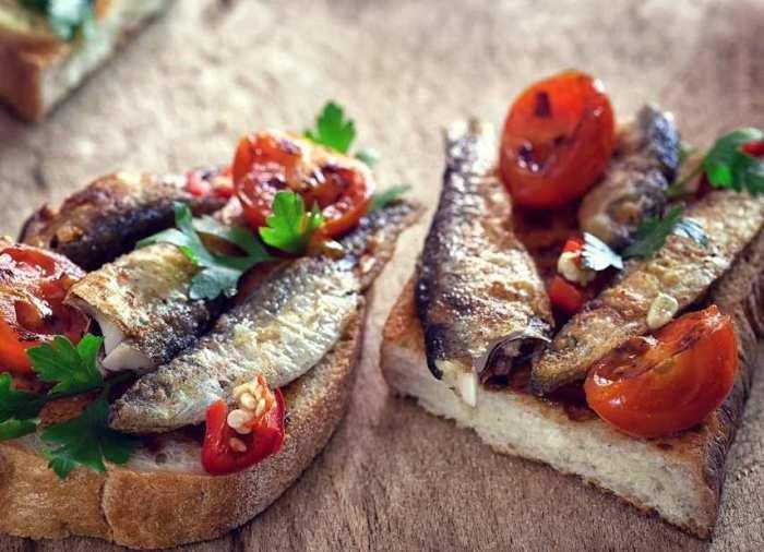 La sardina es un tipo de pescado saludable, de tamaño pequeño, rico en vitamina B12, un nutrimento básico para los glóbulos rojos y la síntesis del ADN.
