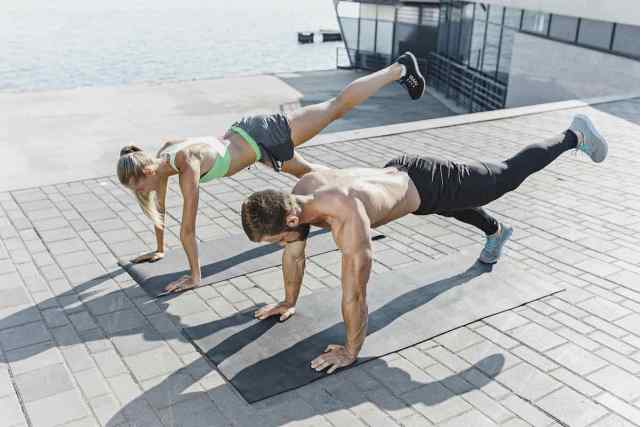 Ejercicios de 60 segundos que transformarán tu cuerpo quemando calorías