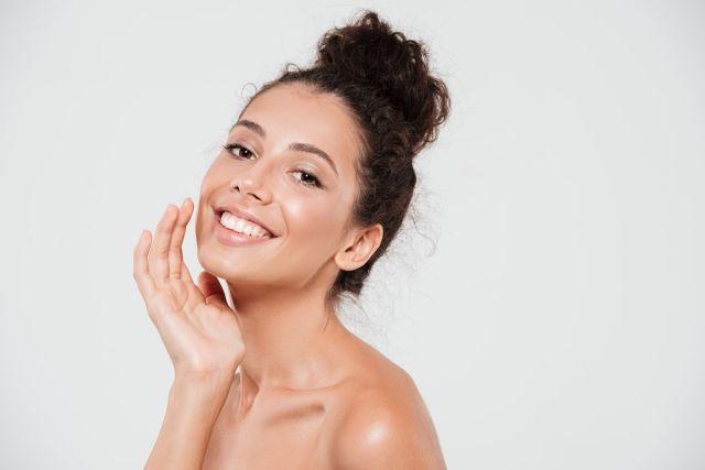 Yoga facial: 5 ejercicios para combatir arrugas y estrés