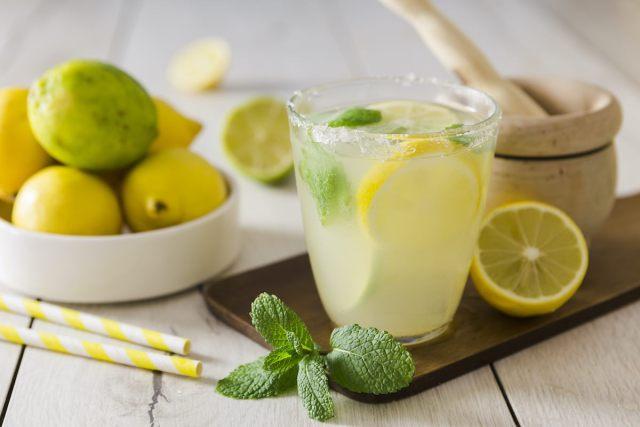 Agua de limón: cómo te ayuda a bajar de peso y otros beneficios