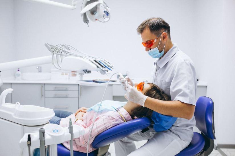 Cómo eliminar la placa dental bacteriana y las manchas negras de los dientes