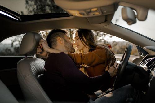 4 Posiciones sexuales para llegar al orgasmo... en el carro