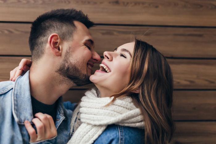 Porqué los universitarios se enamoran más rápido, según la ciencia