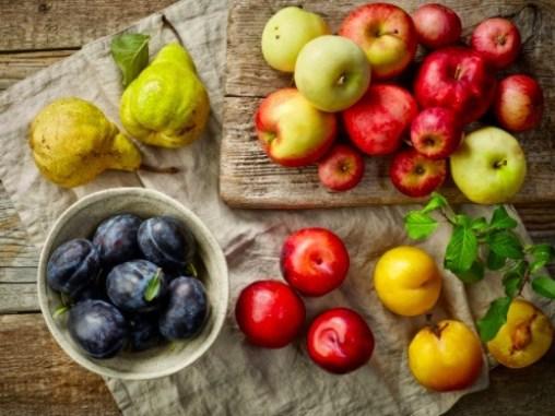 Separa manzanas, peras y duraznos por maduración para conservarlas durante más tiempo